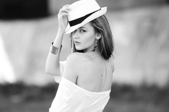 帽子を持った女性