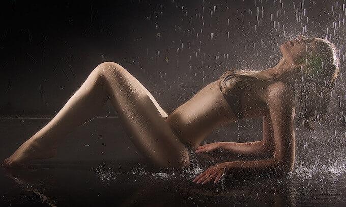 水に打たれるセクシーな女性