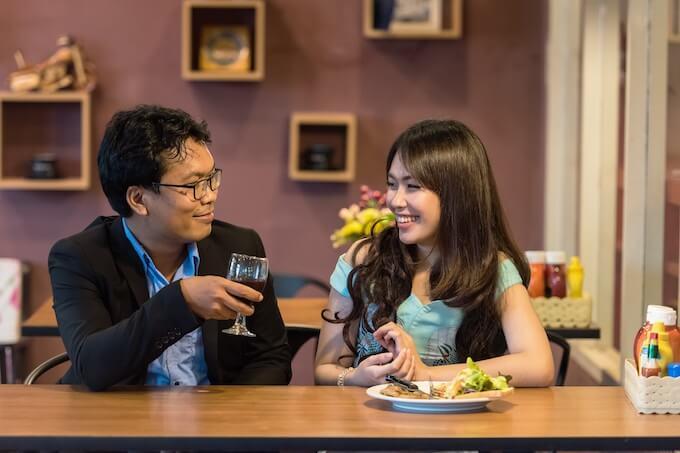 女性と食事を楽しむ女性